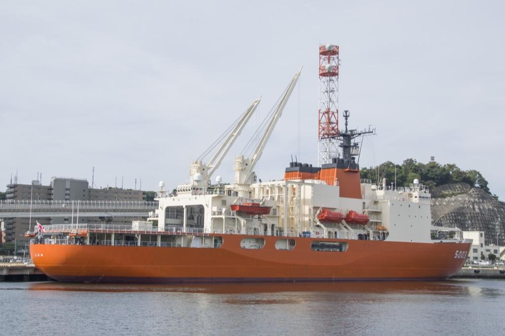 艦艇を間近で見るド迫力のクルージング !  横須賀軍港巡り