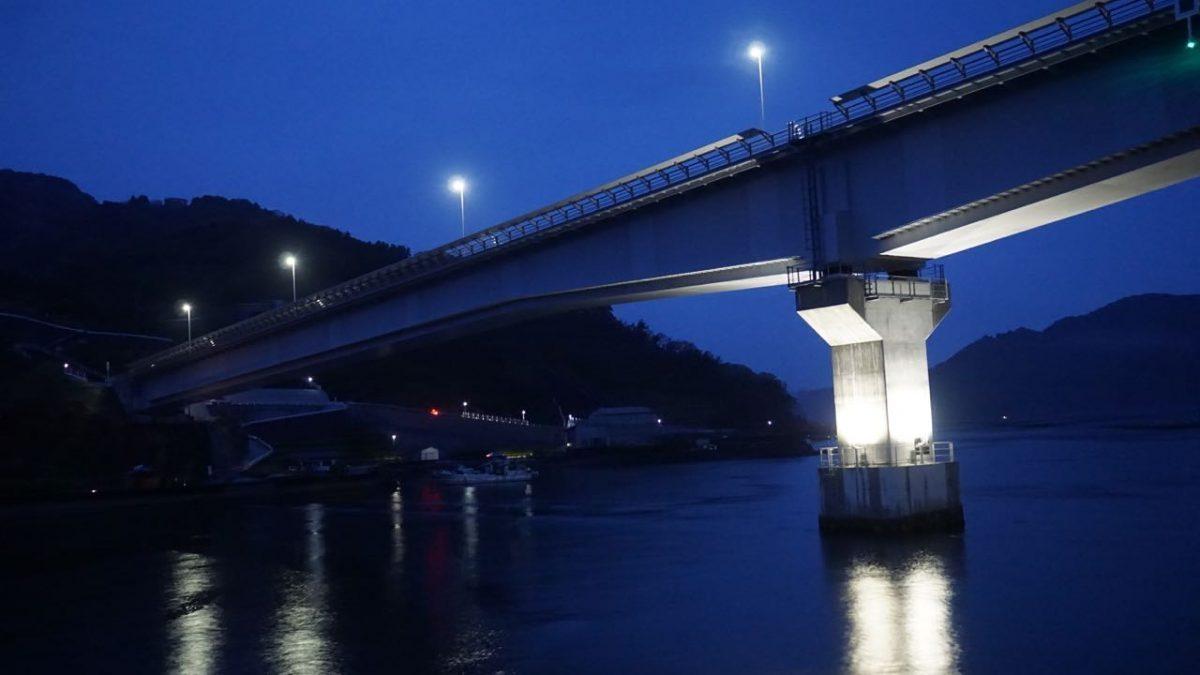 九島大橋の下をくぐる