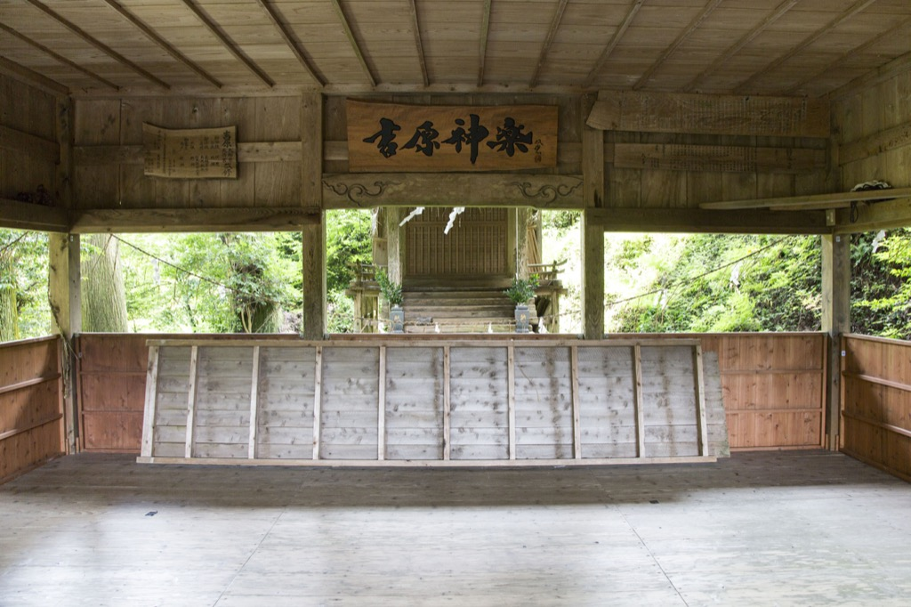神楽殿の中