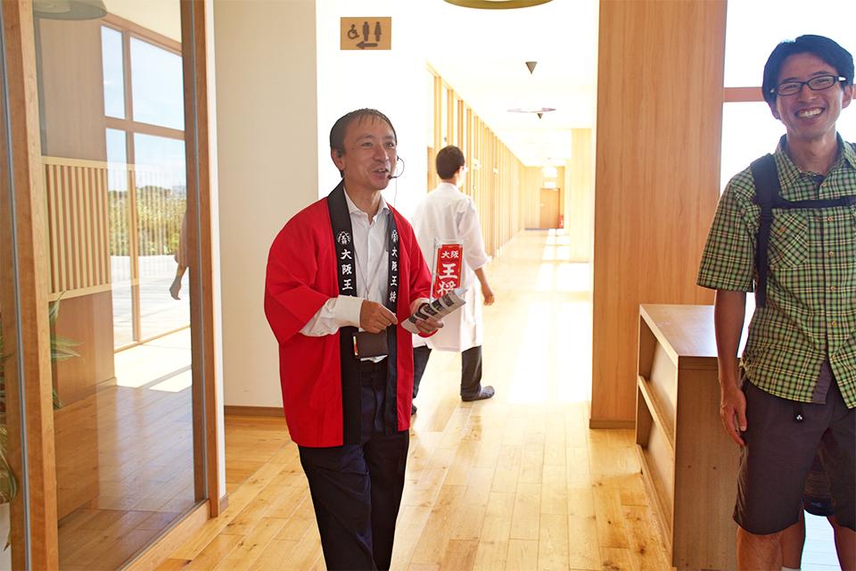 イートアンド株式会社のマーケティング担当・松本さんが真っ赤なハッピを着て登場!
