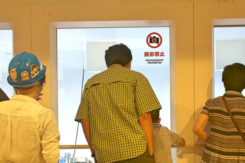 カッチカチになった焼餃子・水餃子は、従業員さんの監視の元で袋詰めされ、出荷へと向かいます。