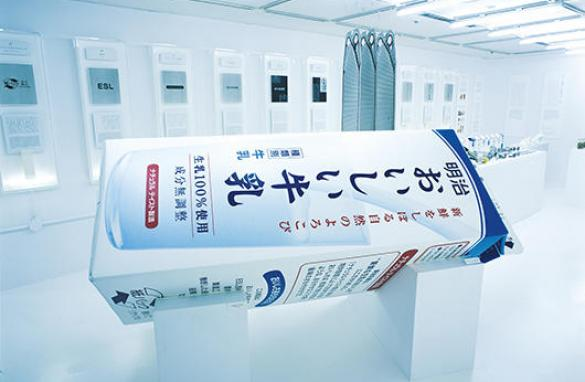 「デザインの解剖4: 明治乳業(現:明治) 明治おいしい牛乳」(2003年8月13日- 9月8日、松屋銀座 デザインギャラリー1953)