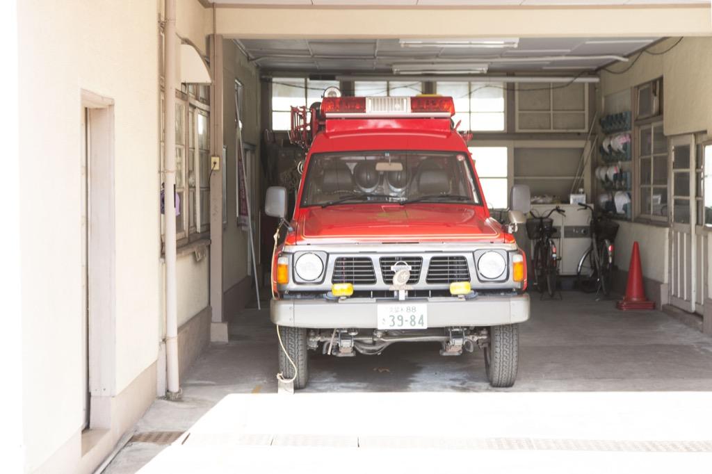 車内に消防車がある