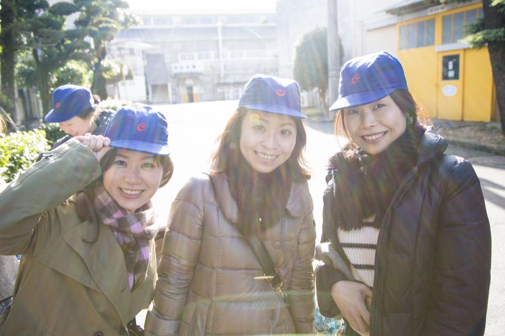 工場の帽子で記念写真