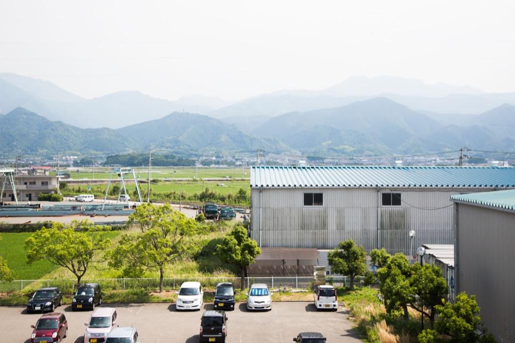 工場から見た山並み