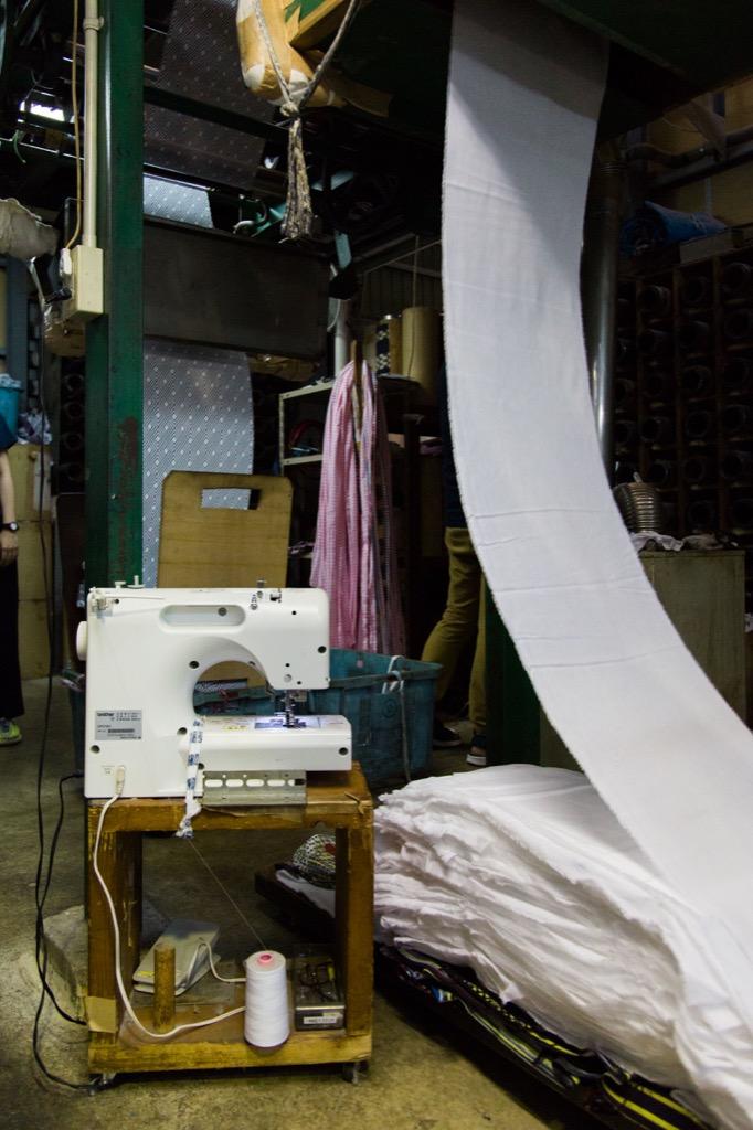 ゆらゆらと折りたたまれる長い布