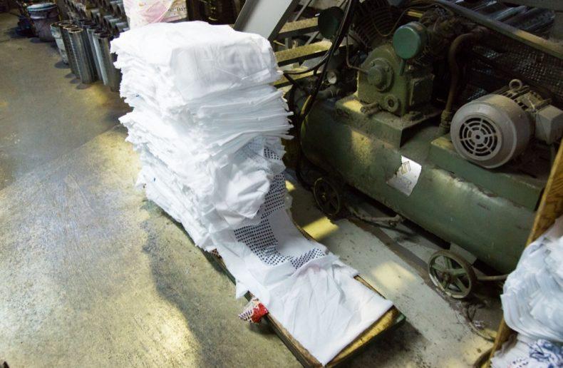 和晒をミシンで縫って繋げる