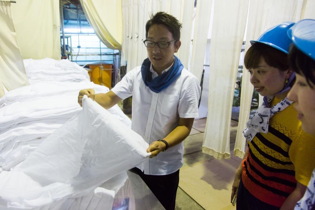 晒工場で乾燥後の布が白くてきれい