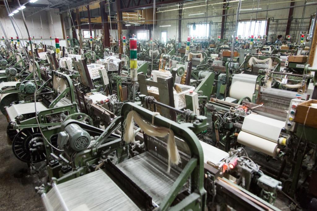 織布工場の織機が整然と並ぶ様子