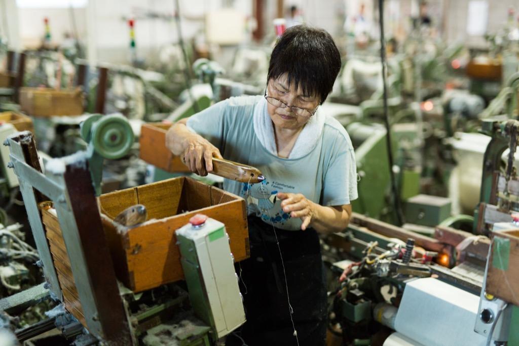 織布工場でシャトルをセットする