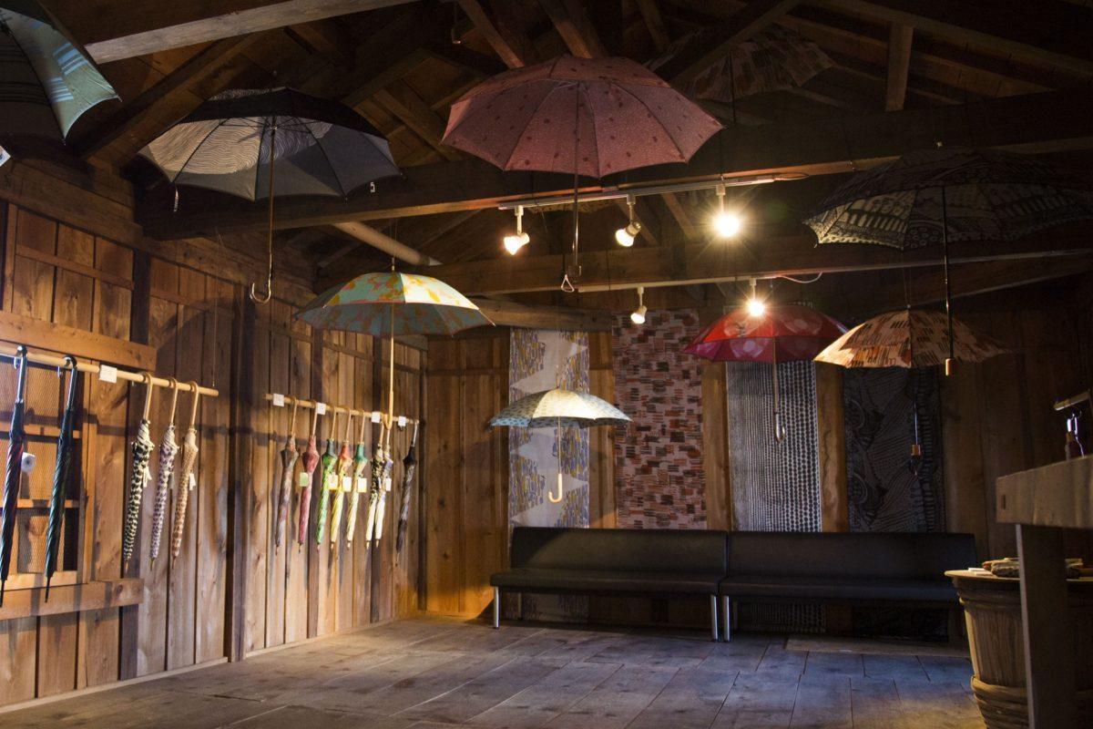 ハタフェス_ハタオリ大学展_3階に傘が浮かぶ