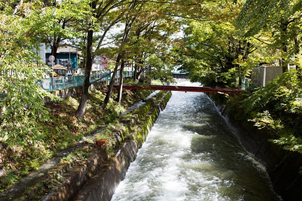 ハタフェス_神社の前のきれいな川