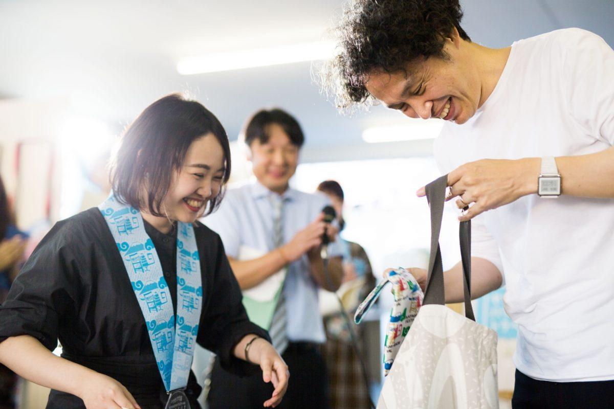 ハタオリ大学賞_山本遥さんと鈴木マサルさん